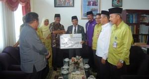 Wabup Ferizal Ridwan terima bantuan bencana dari Pemko Pariaman.