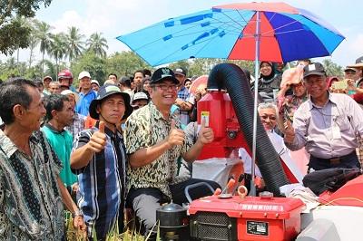 Wako Payakumbuh Riza Falepi saat panen perdana di Padang Kaduduak