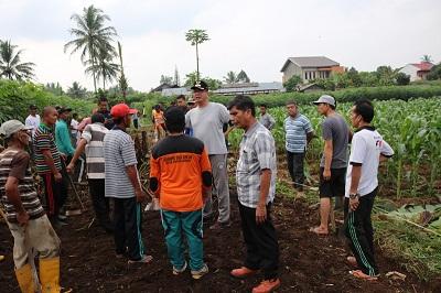 Warga Talang membuka jalan baru melalui goro massal, Minggu. Disaksikan Walikota Riza falepi bersama Camat H. Nurdal dan Kabid Bina Marga Zul Arman.