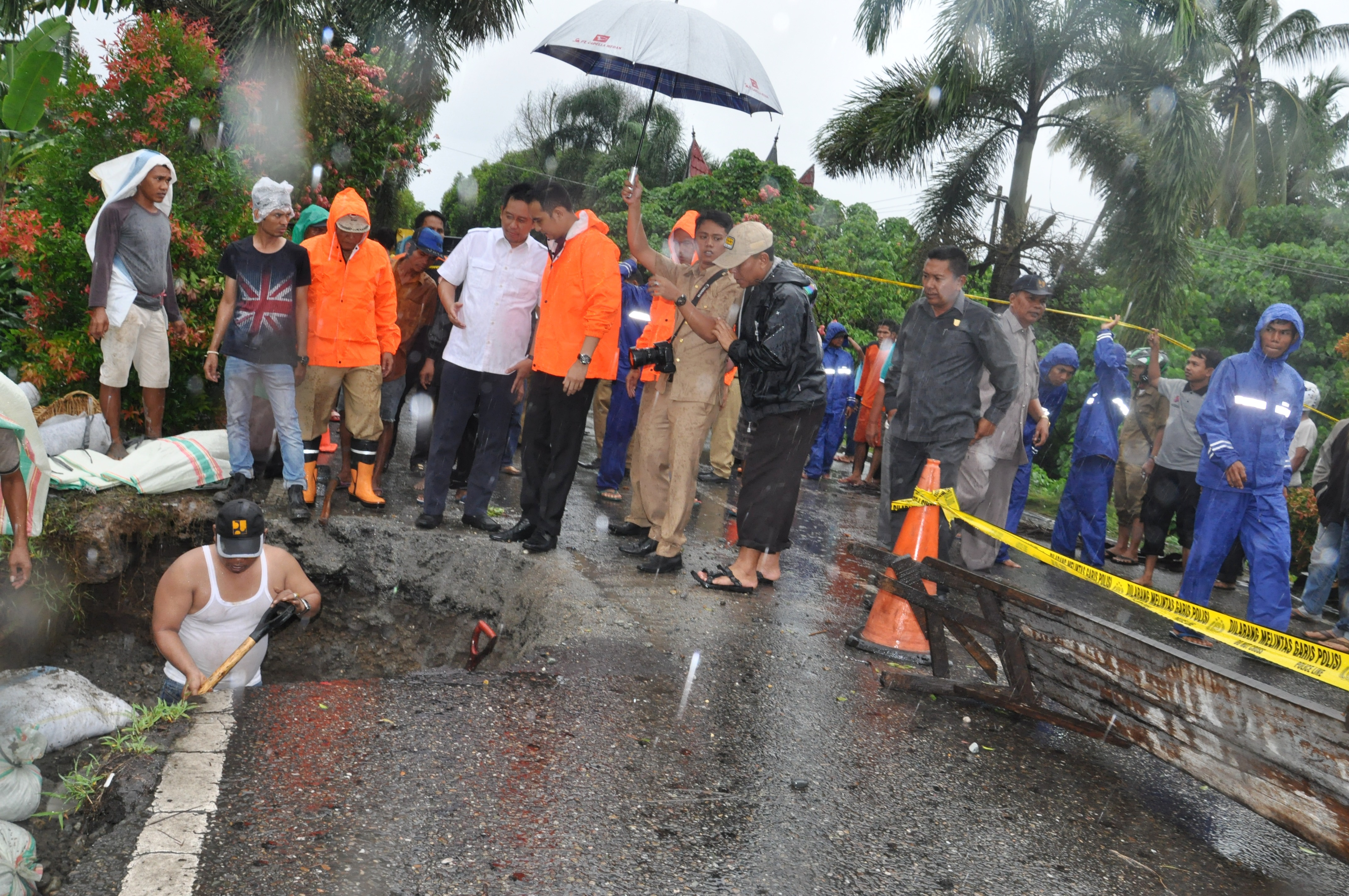 Ade Rezky Pratama meninjau lokasi jembatan kuraitaji yang rusak ditemani wawako dan sekda.