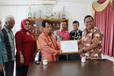 General Manager Perusahaan Perdagangan Indonesia (PPI) Persero Bayu Adhi Wardhana menyerahkan bantuan bencana alam kepada Wakil Bupati Ferizal Ridwan