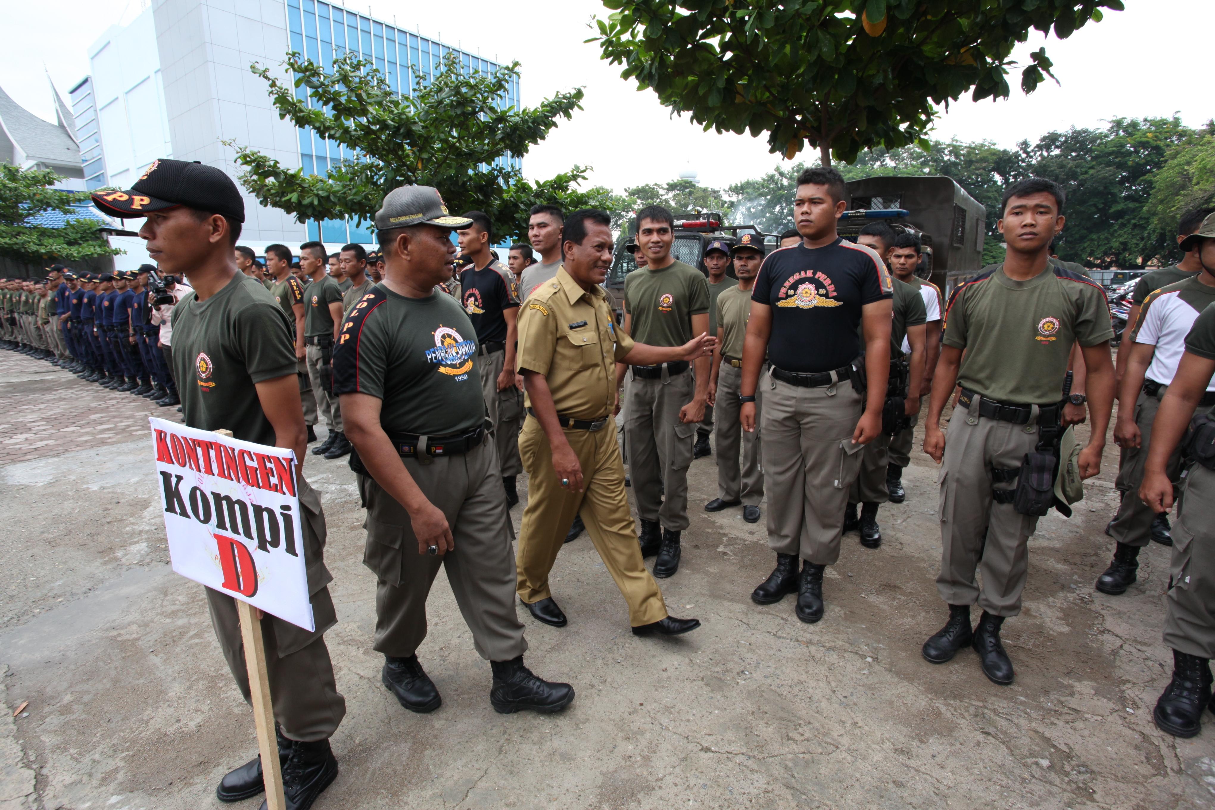 Sekdako dan Firdaus Ilyas saat melihat kesiapan anggota Sat Pol PP.