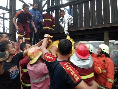 Kebakaran di Parik Rantang. Korban dua anak Caca dan Rafli terbakar.