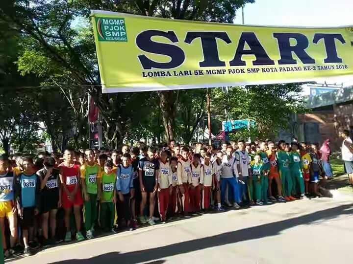 Peserta Lari 5 K MGMP-PJOK SMP Kota Padang.