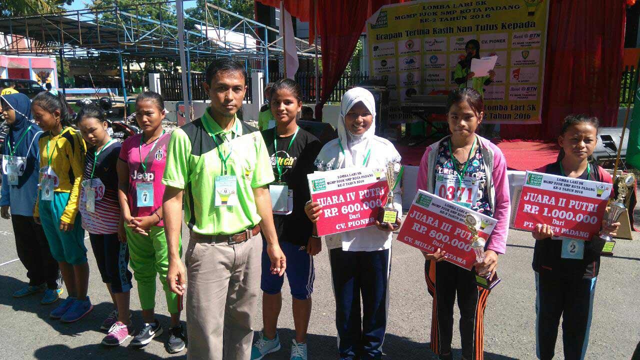 Fatimah Azarah saat menerima hadiah dari lomba maraton 5K.
