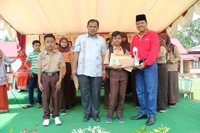 Bupati Limapuluh Kota Ir. Irfendi Arbi, MP didampingi Kepala SMPN 1 Guguak Alfizal, M.Pd menyerahkan tropi pemenang lomba.