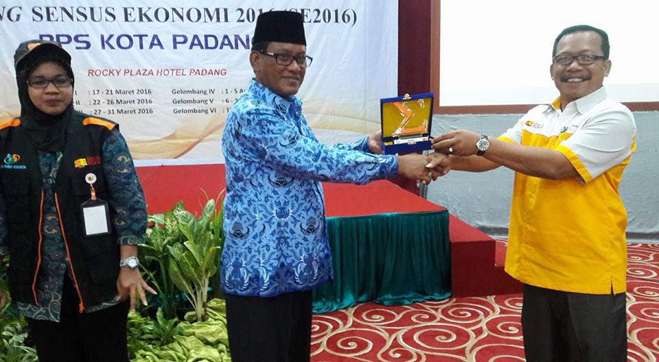 Sekretaris Daerah Kota Padang, Nasir Ahmad saat membuka pelatihan petugas sensus ekonomi Kota Padang di Rocky Hotel, Kamis (17/3).