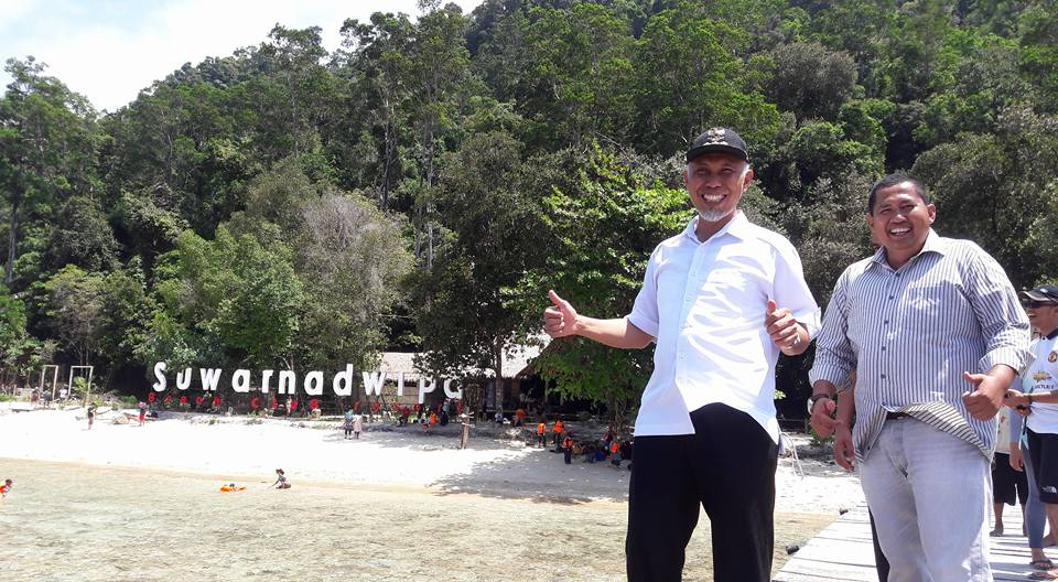Mahyledi saat mengunjungi pantai Padang.