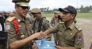 Gubernur Irwan Prayitno menyerahkan penghargaan.