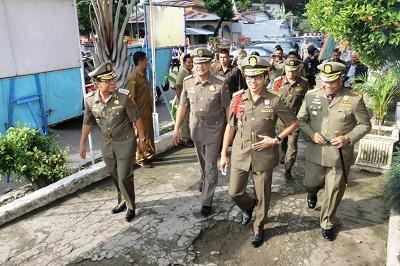 Gubernur Irwan Prayitno disambut Bupati Agam, Walikota Payakumbuh dan Kasatpol PP Kota Padang.