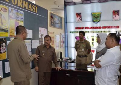 Bupati Ali Mukhni bersama Ketua KI Syamsul RIzal melihat Daftar Keterbukaan Informasi Publik di ruangan Humas Padang Pariaman
