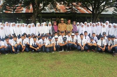 Bupati Limapuluh Kota Irfendi Arbi menjadi pembina upacara bendera di SMPN 3 Payakumbuh.
