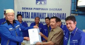 Mantan Walikota Payakumbuh Dr Darlis Ilyas mengembalikan formulir pendaftaran Walikota ke DPD PAN Payakumbuh.