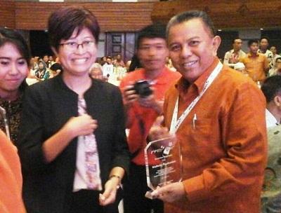 Direktur Program PerpuSeru Erlyn Sulistyaningsih usai menyerahkan penghargaan kepada Wawako Payakumbuh H. Suwandel Muchtar.