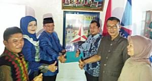 H Almaisyar beserta istri dr H Liza Andriani MKes dan relawan mendaftar di DPC Partai Demokrat Payakumbuh