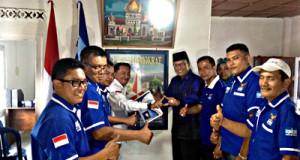 Hendra Yanni saat menyerahkan berkas pendaftaran di DPC Partai Demokrat Payakumbuh.