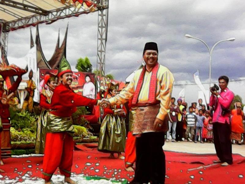 Bupati Irfendi Arbi menyalami penari piring di arena pentas Pekan Budaya Limapuluh Kota 2016