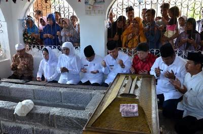 Puaan maharani dan Kofifah berziarah ke Makam Syekh Burhaanuddin Ulakan Tapakis Padangpariaman