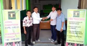 Relawan H Almaisyar mengambil formulir pendaftaran Walikota dan Wakil Walikota 2017-2022 di DPC PPP Payakumbuh
