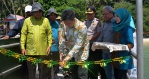 Staf ahli KKP RI emnggunting pita tanda diresmikannya dermaga apung pulau nagso duo
