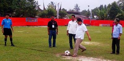 Suwandel Muchtar Cup dibuka Selasa (5/4/2016) oleh H Suwandel Muchtar dengan menendang bola.