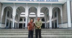 Wawako H Suwandel Muchtar dan Kadisdukcapil Payakumbuh Mediar Indra selesai Shalat Jumat di kegiatan Gelar Inovasi Pelayanan Publik di Surabaya.