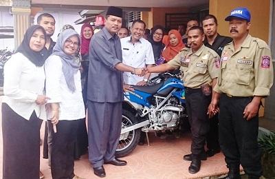 Bupati Limapuluh Kota Irfendi Arbi menyerahkan bantuan sepeda motor untuk operasional penanggulangan bencana bagi Dinas Sosial Tenaga Kerja dan Transmigrasi yang disaksikan Kabid Bimbingan dan Bantuan Sosial Afdal, S.Sos dan Kabid Transmigrasi Dasril Rusli.