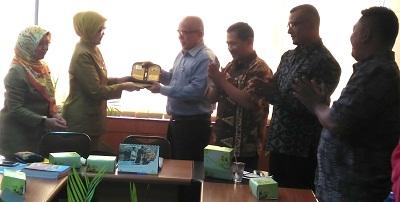Asisten 2 Pemko Payakumbuh Amriul Dt Karayiang menerima cindera mata Pemko Cimahi bersama Komisi A DPRD Kota Payakumbuh