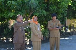 Bupati Ali Mukhni Disaat Meninjau UN di Beberapa SMP di   Kabupaten Padangpariaman