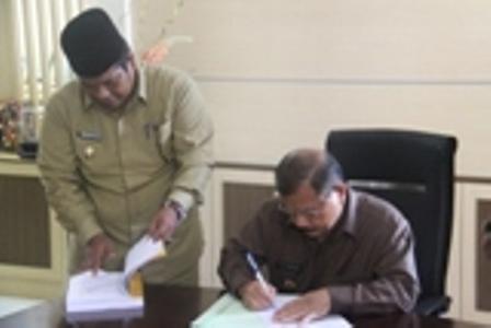 Bupati Ali Mukhni dan Wakil Shuatri Bur sedang memeriksa berkas pelaksanaan kegiatan di ruang kerjanya (foto/humas)