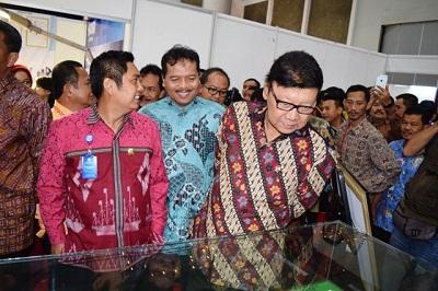 Bupati Limapuluh Kota Irfendi Arbi mendampingi Menteri Dalam Negeri Tjahjo Kumolo meninjau acara Asosiasi Pemerintah Kabupaten Seluruh Indonesia (APKASI) Internasional Trade And Invesment Summit (AITIS) 2016 di Jakarta Internasional Expo.