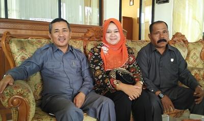 Fitrial Bachri (kanan), Wulan Denura (tengah) dan Mawi  Eetek Arianto (kiri), dua dari tiga anggota Fraksi Partai Gerindra  mendukung Fitrial Bachri sebagai Balon Walikota Payakumbuh.