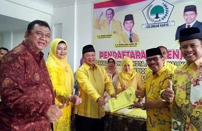 H. Almaisyar beserta istri dr. Hj. Liza Andriani, MKes mendaftar di DPD Partai Golkar Payakumbuh diantar Ketua DPD Golkar Sumbar.