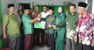 H Almaisyar mengantarkan berkas pendaftaran bakal calon walikota ke DPC PPP, Minggu 1 Mei 2016