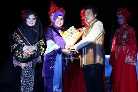 Ibu Reni Mukhlis Rahman Menyerahkan Bingkisan Pada Acara Pariaman Fashion Parade 2016 (foto Andi Sikumbang/Humas)