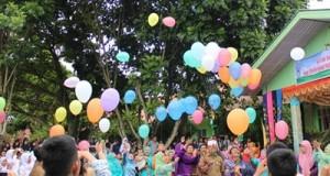 Keluarga besar SMP N 4 Payakumbuh  bersama wali murid,  Komite Sekolah, mantan Kepala Sekolah, Camat, Lurah dan undangan lain melepas balon  dalam acara perpisahan (23/5/2016).
