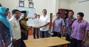 Ketua KPU Kota Payakumbuh Hetta Man Bayu dan Walikota Payakumbuh H Riza Falepi usai tandatangani NPHD Pilkada 2015
