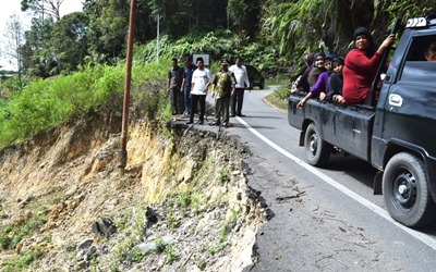 Membahayakan, Wakil Bupati Limapuluh Kota Ferizal Ridwan meninjau salah satu titik jalan terban di jalan lintas Andiang menuju Maek, Bukik Barisan.