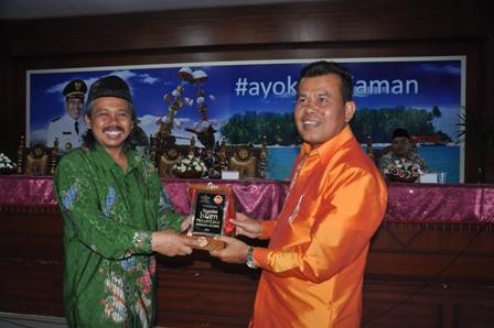 Walikota Pariaman Mukhlis Rahman menerima cendra mata dari PBNU di Balai Kota Pariaman (foto/humas)