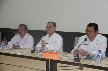 Sekdakab Padangpariaman Jhonpriadi saat memberi arahan pada acara sosialisai dana nagari diruang rapat bupati