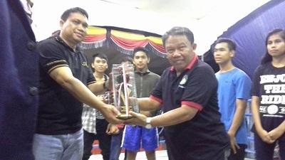 Tropi Juara Umum Walikota Sawahlunto Cup Pertina Kota Payakumbuh diterima pelatih Supratman.