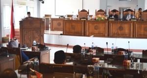 Wakil Bupati Limapuluh Kota Ferizal Ridwan saat menyampaikan pendapat bupati atas dua ranperda inisiatif DPRD tentang pasar tradisional dan penanaman modal Rabu siang