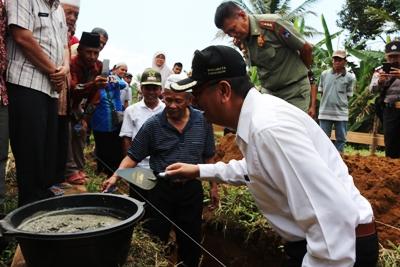 Walikota Riza Falepi bersama H. Hamdan Bachtiar, pemilik tanah mengambil adukan semen untuk meletakkan batu pertama pembangunan Kantor Kelurahan Talang Kamis (19/5).