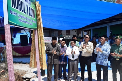 Wakil Bupati Ferizal Ridwan membuka selubung saat meresmikan Masjid Nurul Yaqin di Nagari Mungo, Kecamatan Luak.