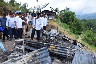 Bupati Limapuluh Kota, Irfendi Arbi meninjau lokasi kebakaran di Jorong Ikan Banyak  Nagari Pandam Gadang.