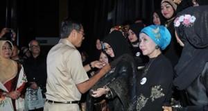 Gubernur Sumbar, Prof. Dr. H. Irwan Prayitno, S.Psi., M.Sc dalam pelaksanaan Minangkabau Fashion Festival (MFF) yang dilaksanakan di Ballroom Hotel Bumi Minang, Padang, Senin (23/05/2016)