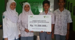 Empat calon mahasiswa dari SMA N 2 Padang menerima bantuan operasional keberangkatan pendaftaran ulang SNMPTN di kantor Dompet Duafa.