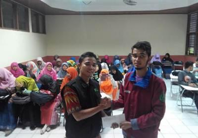Penyerahan donasi Peduli Aleppo oleh Ketua Forum Studi Islam Al Qalam (FORSIA), Ahmad Syarif, kepada Tim Dompet Dhuafa Singgalang, Amrullah, pada Senin (23/5), di salah satu ruang kelas Fakultas Matematika dan Ilmu Pengetahuan Alam (FMIPA) UNP.