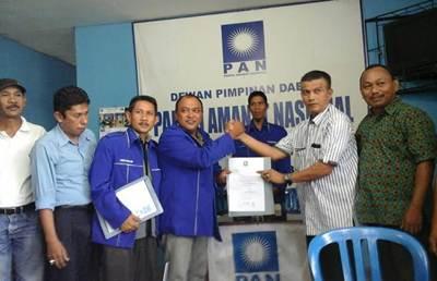 H. Rio Mainelda Cai mengembalikan formulir ke DPD PAN, Minggu (29/5).