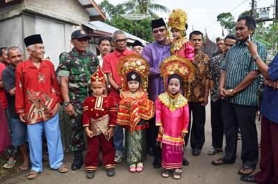 Bupati Lima Puluh Kota Irfendi Arbi pada Penyerahan Anak Didik Paud Istiqomah kepada Orang Tua /Wali Murid TP 2015-2016 di Nagari Situjuah Batua Kecamatan Situjuah Limo Nagari, Sabtu(28/5).